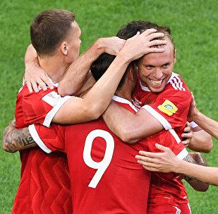 Игроки сборной России радуются забитому голу во время матча Кубка конфедераций-2017 по футболу между сборными России и Новой Зеландии в Санкт-Петербурге.