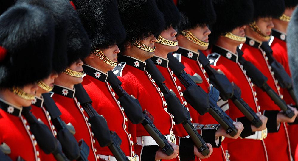Королевские гвардейцы во время парада в Лондоне