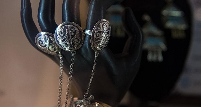 Кыргызстан представил одноименную коллекцию Шелковый путь, выполненную в национальных традициях