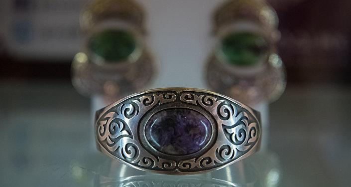 Кыргызстанцы обещают вскоре удивить гостей выставки изделиями ремесленников — сувенирами из войлока, чия и кожи.