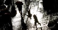Люди с зонтами. Архивное фото