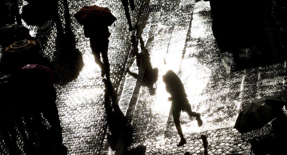 Люди с зонтами во время дождя. Архивное фото