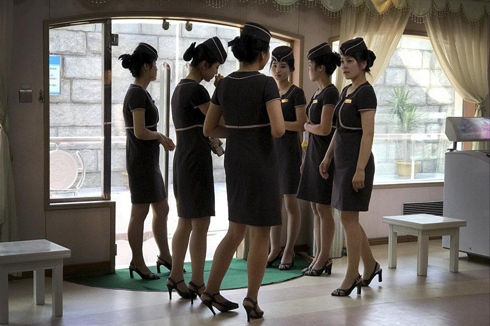 Пхеньянда Тэдун дарыясындагы кайык ресторанынын кызматкерлери. Кыздар мекеменин ачылышын күтүп турат