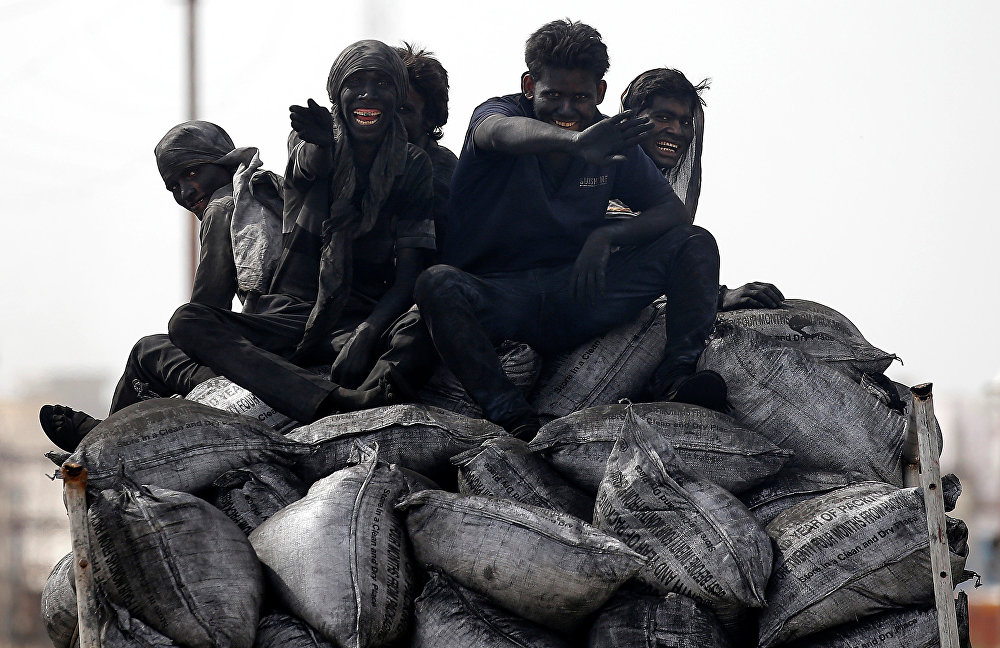 Индиянын Барсана шаарындагы шахтада көмүргө бууланган кызматкерлер