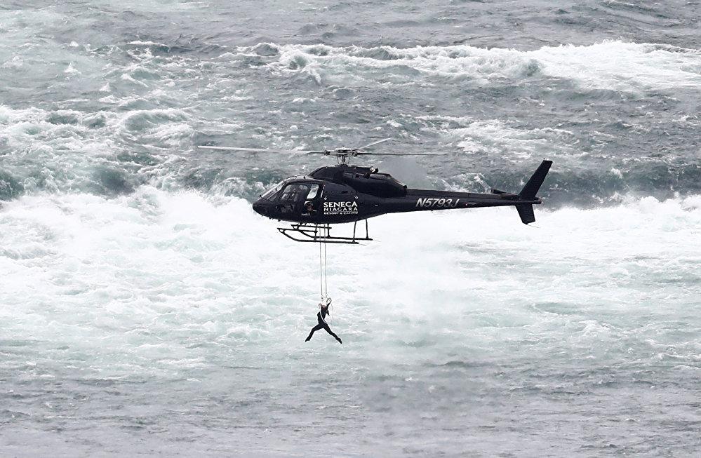 Выступление воздушной гимнастки Эрендиры Валленды над Ниагарским водопадом