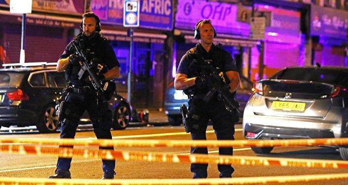 Сотрудники полиции на месте наезда на толпу прохожих у местной мечети в Лондоне