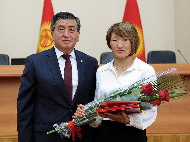 Премьер-министр Кыргызской Республики Сооронбай Жээнбеков и дважды чемпион Азии по женской вольной борьбе и победительница Исламских игр солидарности Айсулуу Тыныбекова во время награждения