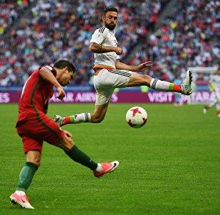 Справа - Мигель Лайюн (Мексика) во время матча Кубка конфедераций-2017 по футболу между сборными Португалии и Мексики.