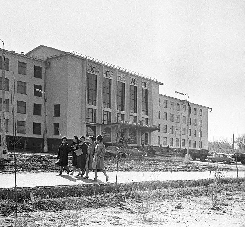 В 1939 году в стране появился Киргизский государственный медицинский институт, и 200 человек поступили на обучение по единственной тогда специальности лечебное дело. Название, под которым вуз известен сейчас (Кыргызская государственная медицинская академия имени И. Ахунбаева), он получил в 2008 году после нескольких переименований.