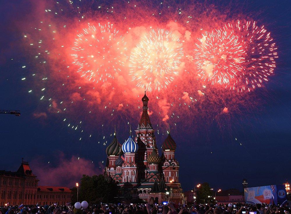 Россия күнүнө арналган концертти жана майрамдык салютту көрүү үчүн Кызыл аянтка 30 миңден ашуун адам келди