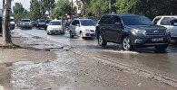 Страшный сон пешехода — в Бишкеке затопило половину улицы Юнусалиева
