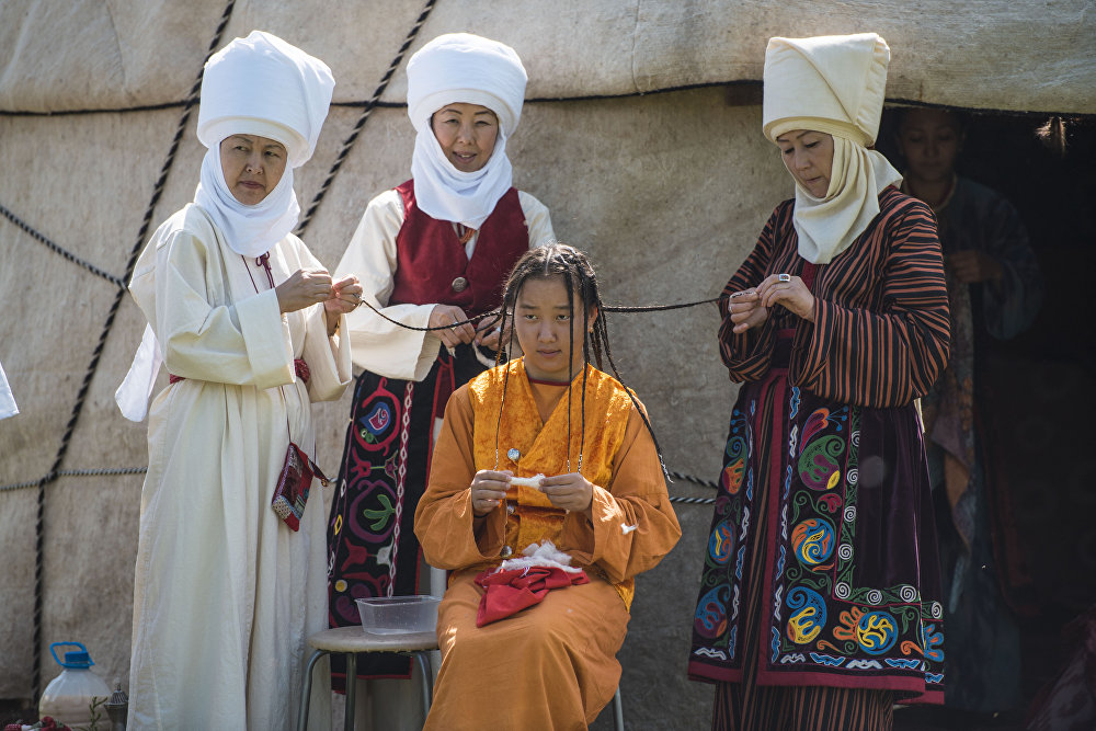 Секелек кыздын чачын беш көкүл өрүп жатышат. Иш-чаранын жүрүшүндө кыргыз элинин каада-салты жана көчмөн турмушунүн өзгөчөлүктөрү чагылдырылды