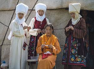 Женщины в национальной одежде. Архивное фото
