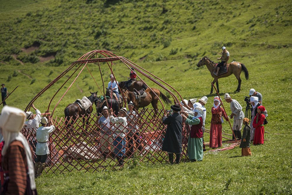 Келген меймандарга кыргыздын улуттук кийимдери тартууланды