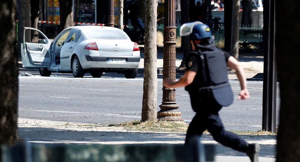Сотрудник полиции на месте спецоперации на Елисейских полях в центре Парижа