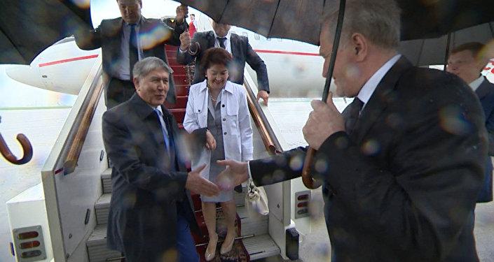 Оркестр под дождем — как Атамбаева встретили в Москве