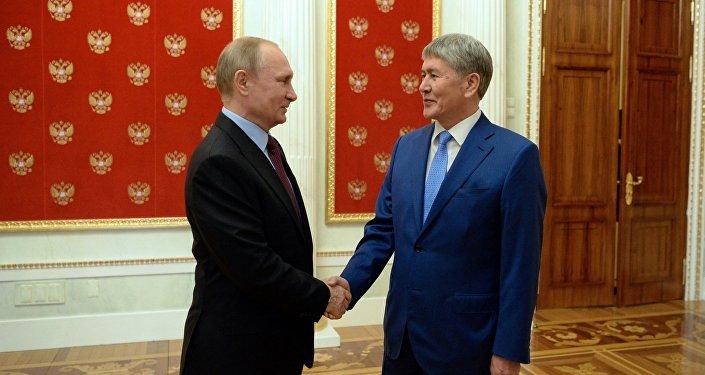 Президент Кырызстана Алмазбек Атамбаев во время встречи с главой РФ Владимиром Путиным в рамках государственного визита в Россию