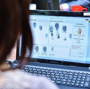 Сотрудник ГРС принимает биометрические данные у граждан. Архивное фото