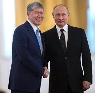 Россиянын президенти Владимир Путин Кыргызстандын өлкө башчысы Алмазбек Атамбаев менен болгон жолугушуу учурунда