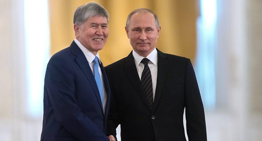 Президент РФ Владимир Путин и президент КР Алмазбек Атамбаев во время официальной встречи.