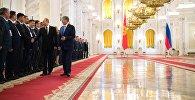 Президент РФ Владимир Путин и президент КР Алмазбек Атамбаев во время знакомства с делегациями на официальной встрече.