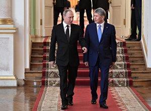 Президент РФ Владимир Путин и президент RH Алмазбек Атамбаев перед переговорами в Кремле.