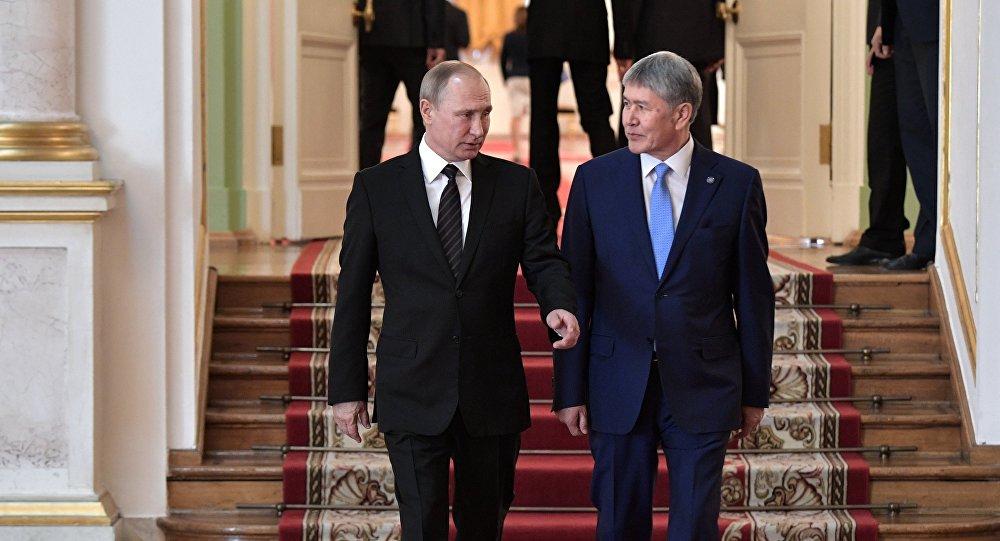 Президент Алмазбек Атамбаевдин Россиянын башчысы Владимир Путин менен жолугушуусунда. Архивдик сүрөт