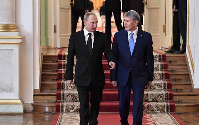 Кыргызстандын президенти Алмазбек Атамбаев жана Россия башчысы Владимир Путин. Архивдик сүрөт