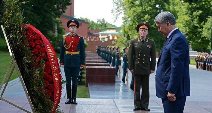 После минуты молчания военным оркестром был исполнен гимн Кыргызской Республики.