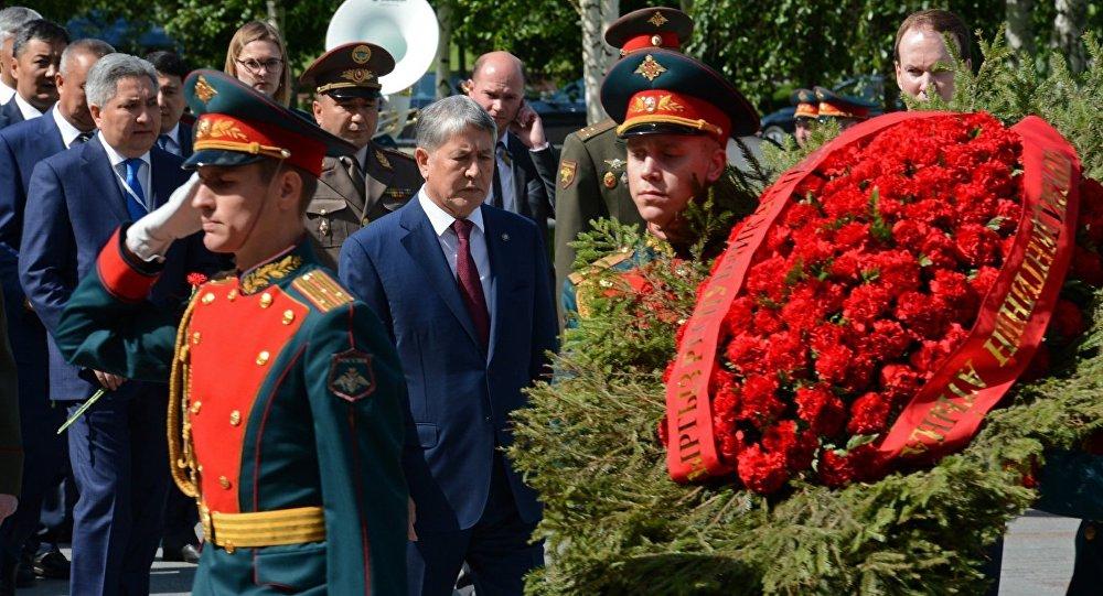 Президент Алмазбек Атамбаев возложил венок к могиле Неизвестного солдата