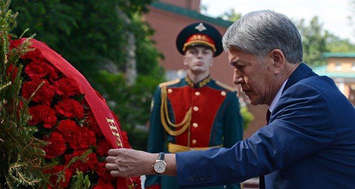 Возложив венок, глава государства почтил память погибших в Великой Отечественной войне минутой молчания