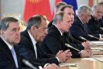 Президент РФ Владимир Путин во время переговоров с президентом Кыргызстана Алмазбеком Атамбаевым