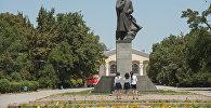 Школьницы у памятника Шабдан Баатыру на аллее молодежи в Бишкеке. Архивное фото