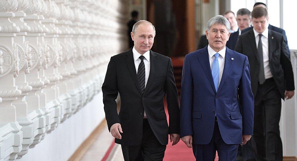 Президент РФ Владимир Путин и президент КР Алмазбек Атамбаев перед переговорами в Кремле.