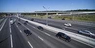 Движение транспорта по автомобильной трассе. Архивное фото