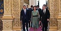 Президент РФ Владимир Путин и президент КР Алмазбек Атамбаев с супругой Раисой Атамбаевой на официальном приеме в Кремле.