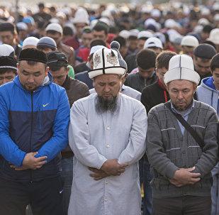 Верующие мусульмане во время праздничного Айт намаза. Архивное фото