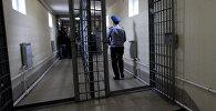 Офицер внутренней службы дежурит в одном из коридоров следственного изолятора. Архивное фото