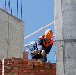 Рабочий на строительном объекте. Архивное фото