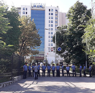 Сотрудники правоохранительных органов у отеля Ак-Кеме в Бишкеке