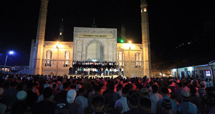 в самой большой мечети Оша Сулайман-Тоо на встречу священной ночи собралось более 20 тысяч человек