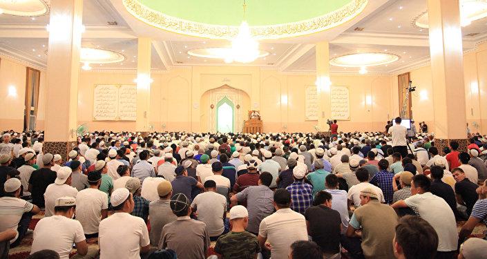 В городском казыяте сообщили, что прихожане в мечети совершили вечернюю трапезу и до утра читали суры из Корана и 30 ракатов намаза