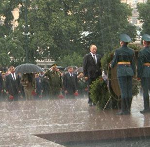 Под ливнем — Путин возложил венки к Могиле Неизвестного солдата