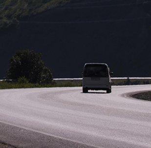 Автомобиль на дороге Бишкек — Ош. Архивное фото