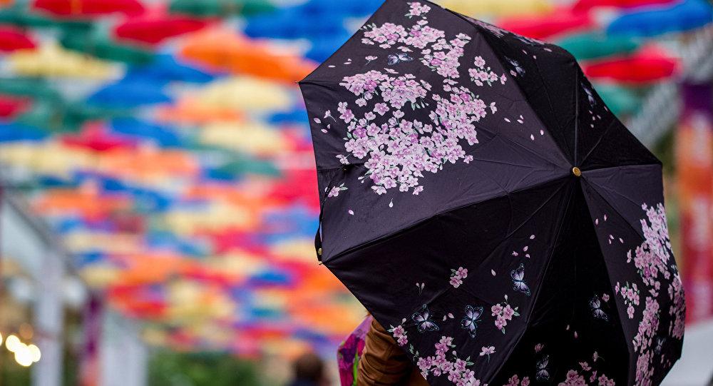 Кыз зонтик карпам турат. Архив