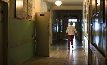 Врач в коридоре больницы. Архивное фото