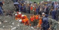 Спасатели во время разбора завалов оползня в китайской провинции Сычуань