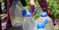 Жители новостройки набирают питьевую воду с автоцистерны доставленный мэрией Бишкека