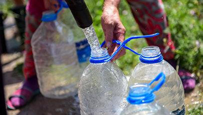 Жители набирают питьевую воду с автоцистерны. Архивное фото
