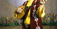 Музыкант с казахским музыкальным инструментом Домбра. Архивное фото